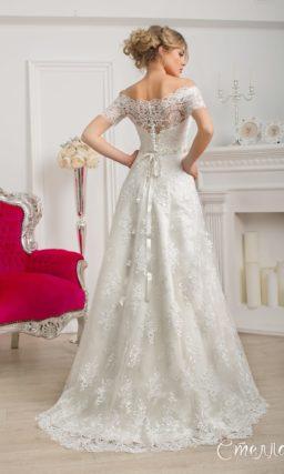 Кружевное свадебное платье с портретным декольте и широкими бретельками на предплечьях.