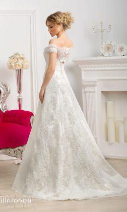 Атласное свадебное платье «принцесса» с кружевным портретным декольте и широкими бретелями.