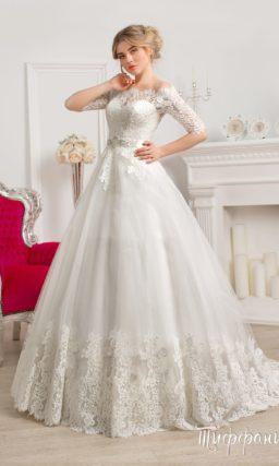 Шикарное свадебное платье с фигурным портретным декольте и воздушной многослойной юбкой.