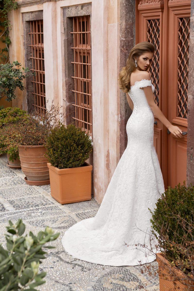 Оригинальное свадебное платье с выразительным декольте с широкими бретельками на предплечьях.