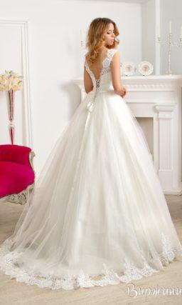 Пышное свадебное платье с кружевным декором, очерчивающим округлый вырез декольте.