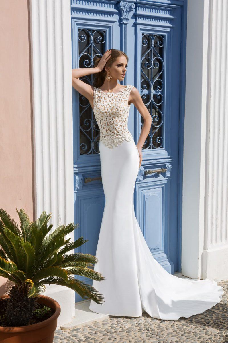 Свадебное платье «русалка» с отделкой крупным кружевом и открытой спинкой с двойным вырезом.