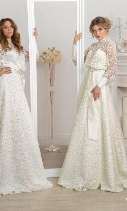 Оригинальное свадебное платье с закрытым верхом, длинными рукавами и изящным поясом.