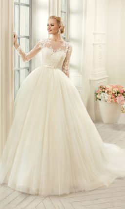 Великолепное свадебное платье с длинным рукавом, полупрозрачной вставкой на спинке и пышной юбкой.