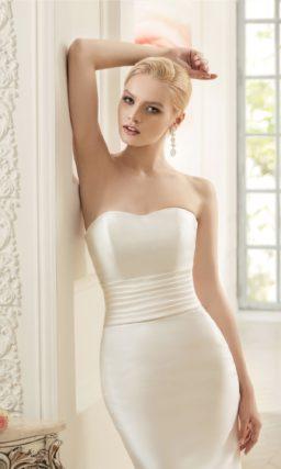 Сдержанное свадебное платье из роскошной атласной ткани, облегающее кроем «русалка».