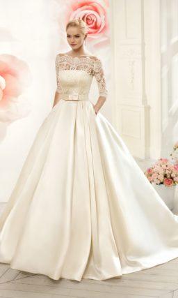 Атласное свадебное платье с широким поясом на талии и восхитительным кружевным декольте.