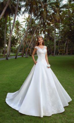 Свадебное платье А-силуэта с роскошной атласной юбкой и кружевным лифом с широкими бретелями.