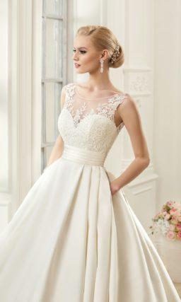 Нежное свадебное платье с сияющей атласной юбкой со шлейфом и поясом на талии.