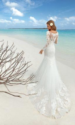 Облегающее свадебное платье с романтичными кружевными рукавами и закрытым лифом.