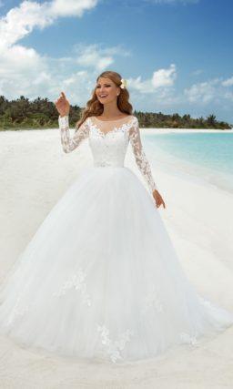 Великолепное свадебное платье с кружевной отделкой лифа и пышным шлейфом сзади.