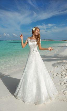 Классическое свадебное платье с роскошной кружевной отделкой и портретным декольте.