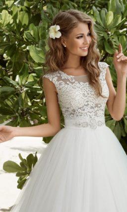 Пышное свадебное платье с трогательной полупрозрачной спинкой и широким поясом на талии.