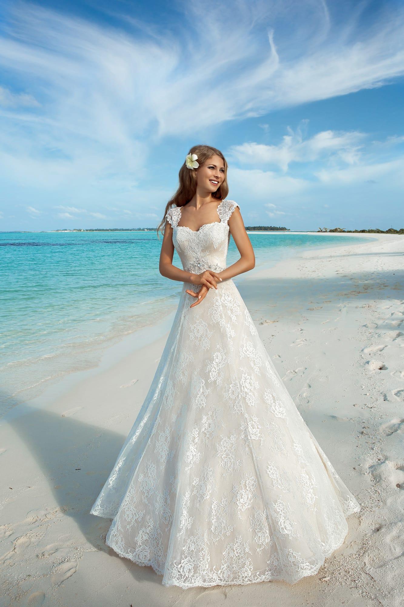 4364f03c1207 Свадебное платье с открытой спинкой и элегантной юбкой А-силуэта на бежевой  подкладке.