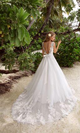 Сдержанное свадебное платье «принцесса» с элегантным закрытым лифом, украшенным кружевом.