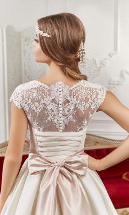 Великолепное свадебное платье с цветным атласным поясом и V-образным вырезом.