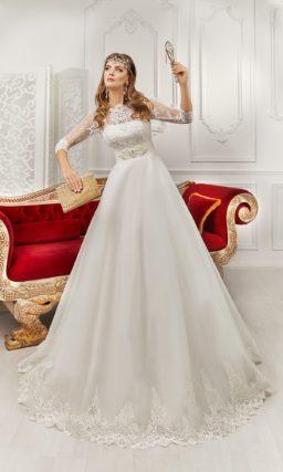 Закрытое свадебное платье с длинным рукавом и широким поясом с горизонтальными швами.