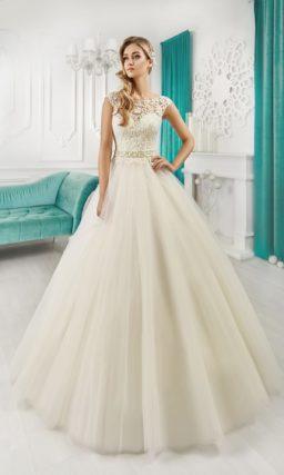 Свадебное платье цвета слоновой кости с кружевным лифом и открытой спинкой.
