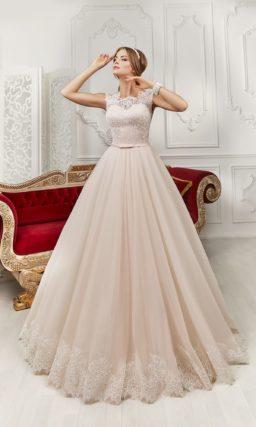 Розовое свадебное платье с кружевным лифом и изящным узким поясом на талии.