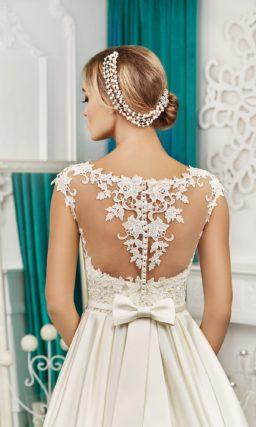 Великолепное свадебное платье с кружевным декором верха и скрытыми карманами в атласной юбке.