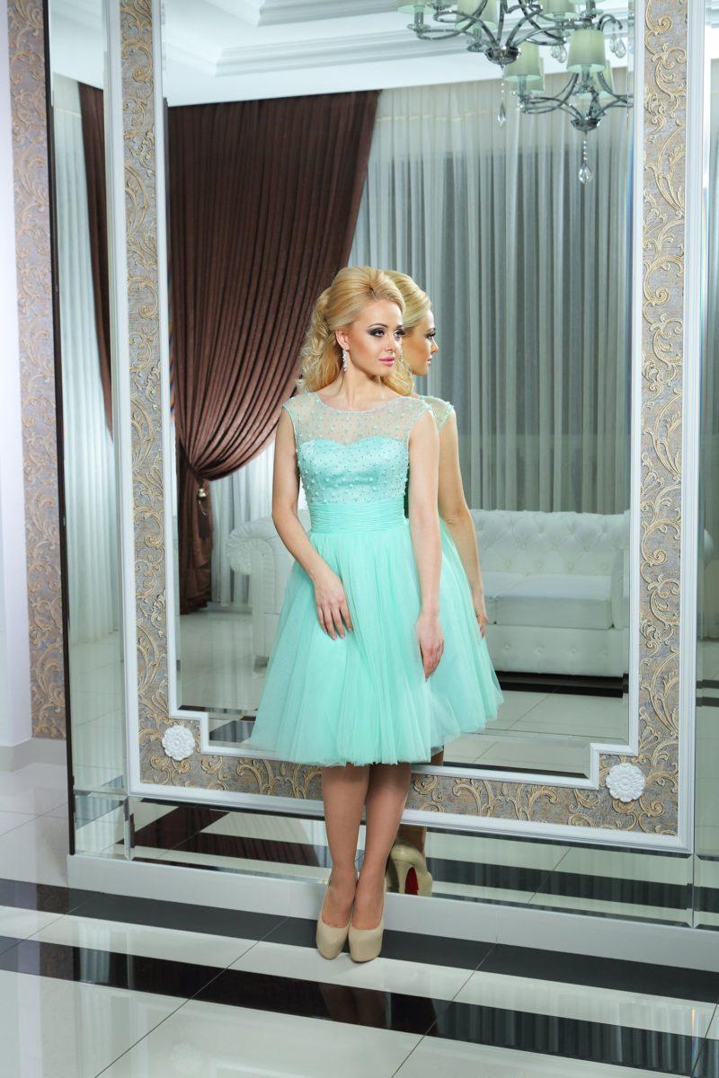 Пышное коктейльное платье нежного бирюзового цвета с широким поясом и тонкой вставкой сверху.
