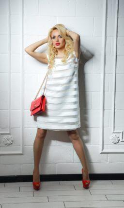 Драматичное коктейльное платье белого цвета с рисунком из горизонтальных полос и прямым кроем.