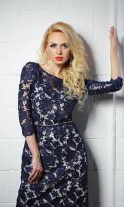 Прямое вечернее платье со светлой подкладкой и темным синим кружевом поверх.