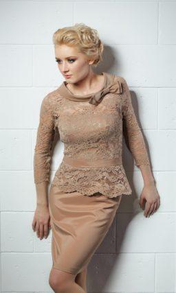 Бежевое вечернее платье с закрытым кружевным верхом и изящным силуэтом «футляр».