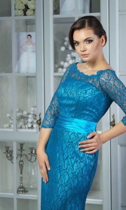 Прямое вечернее платье с кружевной отделкой в синих тонах и стильным округлым декольте.