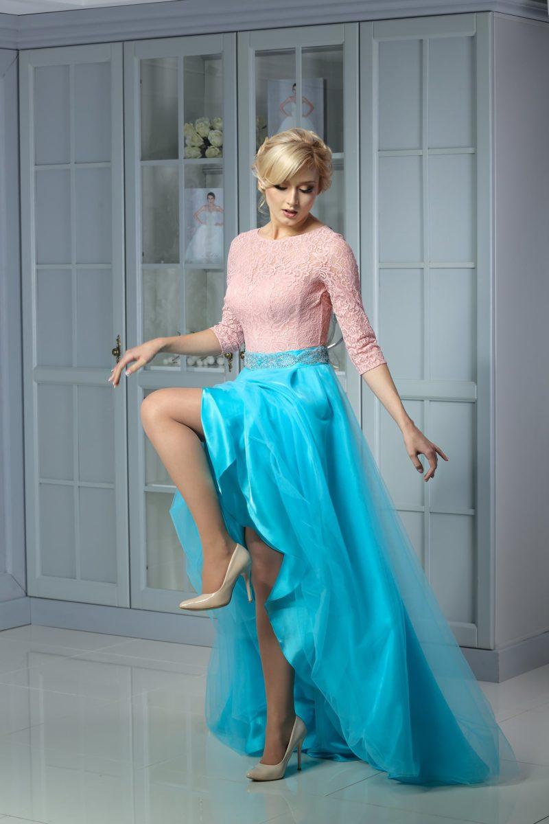 Необычное вечернее платье с закрытым верхом из розовой ткани и пышной голубой юбкой.