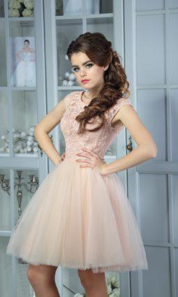 Романтичное коктейльное платье пудрового оттенка с закрытым кружевным лифом.