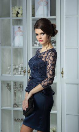 Элегантное вечернее платье темно-синего цвета из атласной ткани, дополненное тонкой баской.
