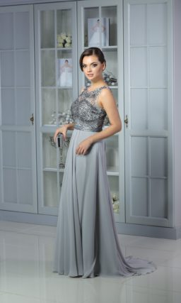 Серебристое вечернее платье с элегантной прямой юбкой и лифом, расшитым бисером.