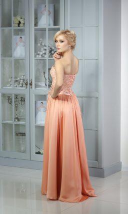 Торжественное вечернее платье с атласной персиковой юбкой и открытым кружевным корсетом.