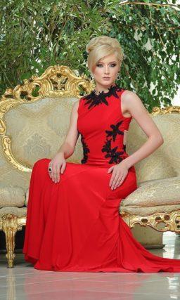 Эффектное алое вечернее платье облегающего кроя с закрытым верхом и длинным шлейфом.