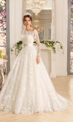 Свадебное платье с открытым корсетом и пышной юбкой, декорированной аппликациями.