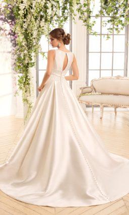 Элегантное свадебное платье из глянцевого атласа, украшенное двумя вертикальными вырезами.