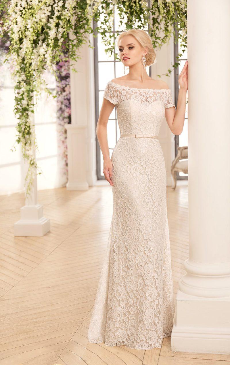 Романтичное свадебное платье лаконичного кроя, покрытое кружевом и дополненное поясом.