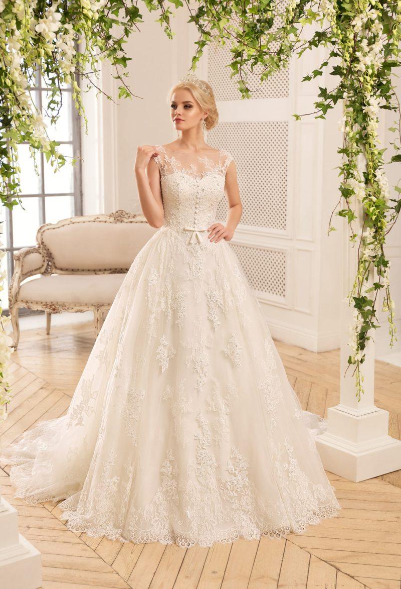 Воздушное свадебное платье с романтичной кружевной отделкой и маленьким бантом на лифе.