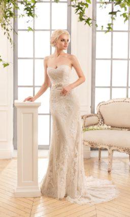 Свадебное платье бежевого цвета, облегающее фигуру и акцентирующее декольте лифом-сердечком.