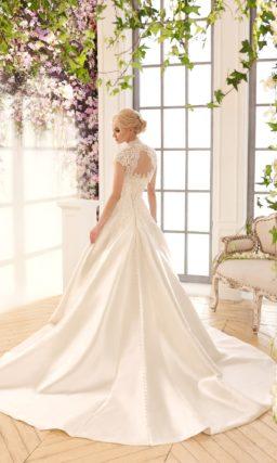 Атласное свадебное платье цвета слоновой кости, дополненное кружевным болеро.