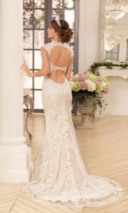 Бежевое свадебное платье прямого кроя с длинным шлейфом, украшенное белым кружевом.
