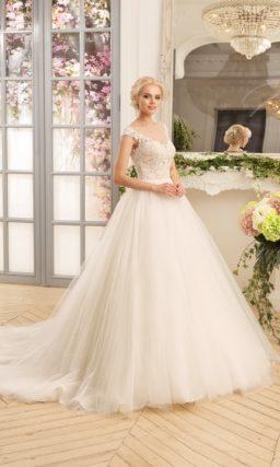Пышное свадебное платье с деликатным кружевным лифом с V-образным вырезом.