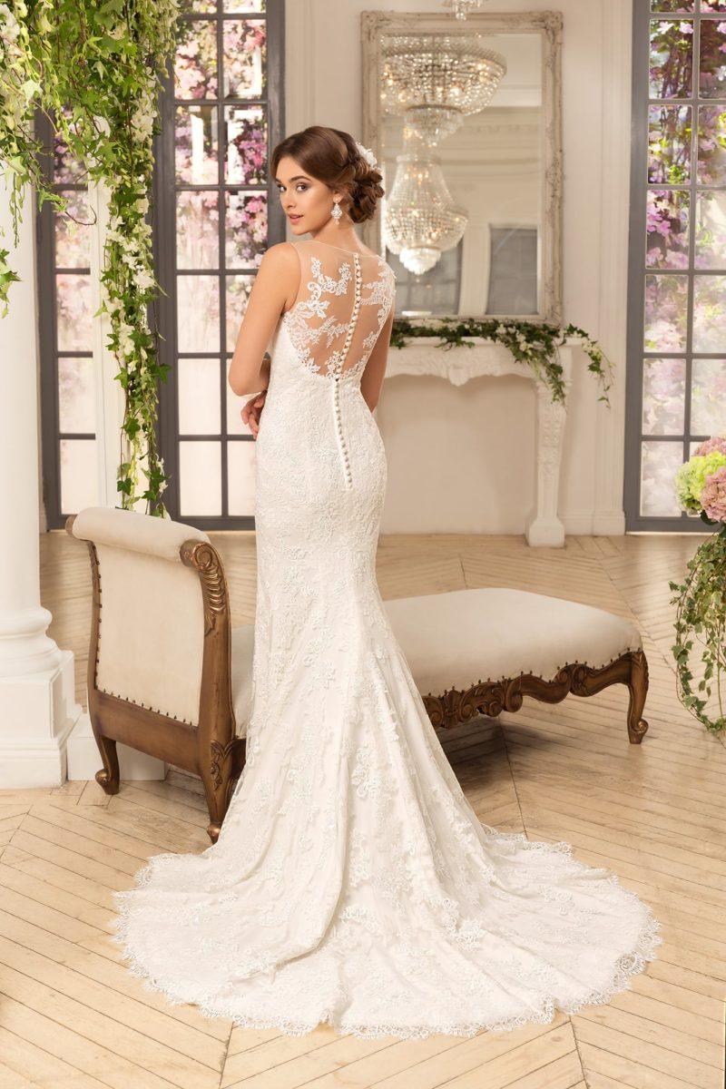 Кружевное свадебное платье облегающего кроя с открытой глубоким вырезом спинкой.