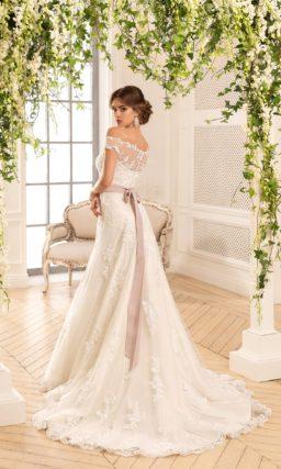 Великолепное свадебное платье «трапеция» с кружевной отделкой и розовым атласным поясом.