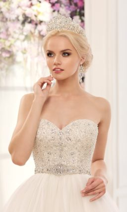 Роскошное свадебное платье с многослойным объемным низом и корсетом, расшитым бисером.