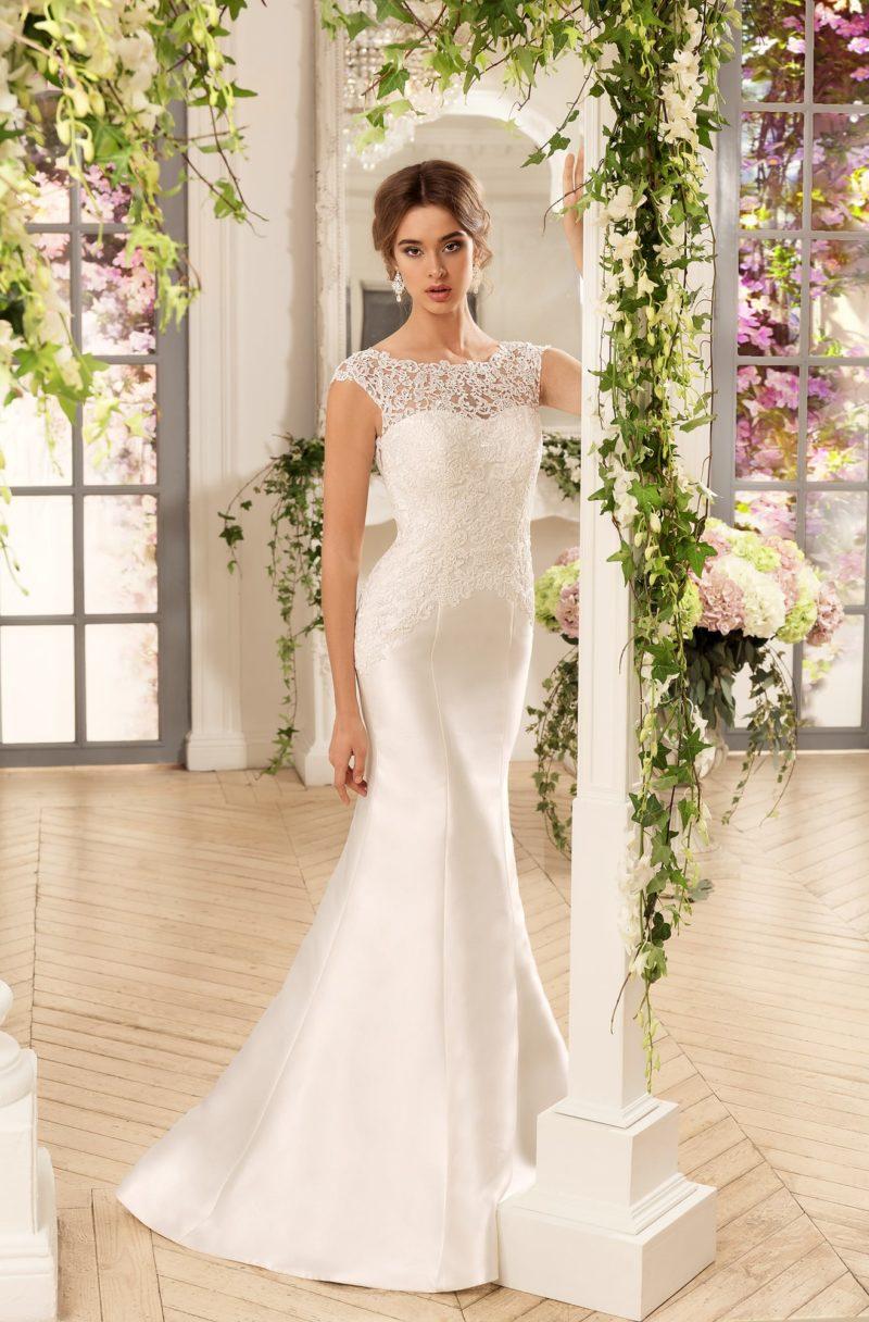 Закрытое свадебное платье из атласной ткани с ажурной вставкой на спинке.