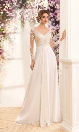 Прямое свадебное платье с V-образным декольте и открытой спинкой с округлым вырезом.