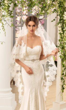 Открытое свадебное платье облегающего кроя с бежевой вставкой, покрытой кружевом.