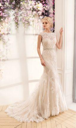 Свадебное платье «рыбка», по всей длине декорированное кружевом и дополненное поясом.
