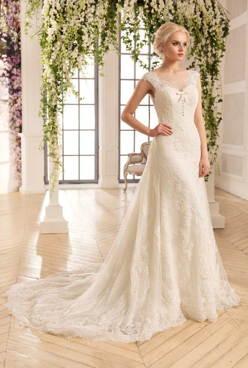 Чувственное свадебное платье облегающего кроя, украшенное на лифе бантом, а ниже – шлейфом.